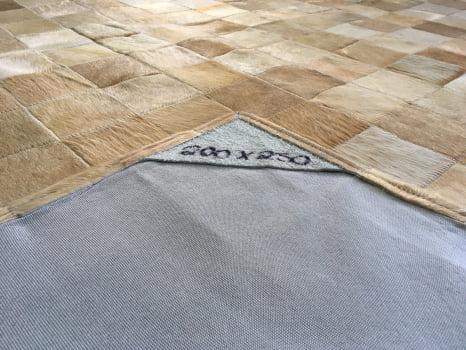 Tapete de couro bege 2,00x2,50 sem bordas peça 10x10cm