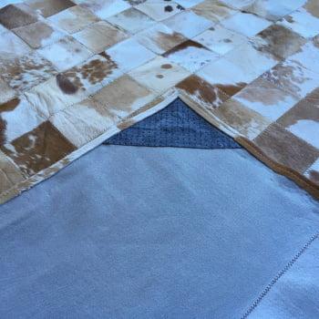 Tapete de couro bege malhado 1,70x2,20 com borda pç 10x10cm